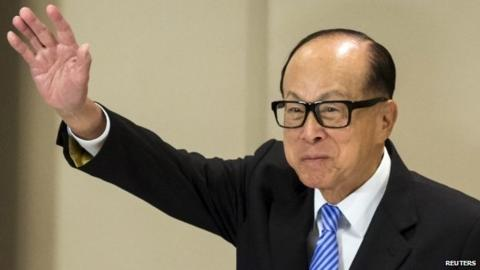 Hong Kong tycoon Li Ka-shing waves after a news conference in Hong Kong 9 January 2015