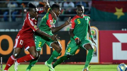 Thierry Bifouma (L) challenges Burkina Faso's defender Steeve Yago and Burkina Faso's defender Mohamed Koffi