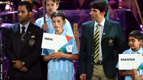 India captain MS Dhoni (left) and Pakistan captain Misbah-ul-haq