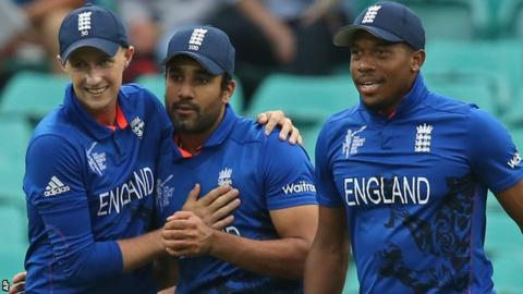 England's Joe Root, Ravi Bopara and Chris Jordan celebrate a wicket in Sydney