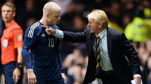 Steven Naismith passes instructions to Gordon Strachan
