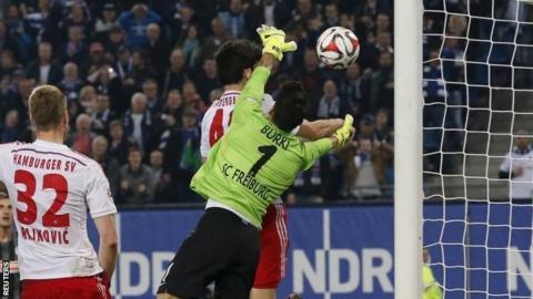 Gojko Kacar scores
