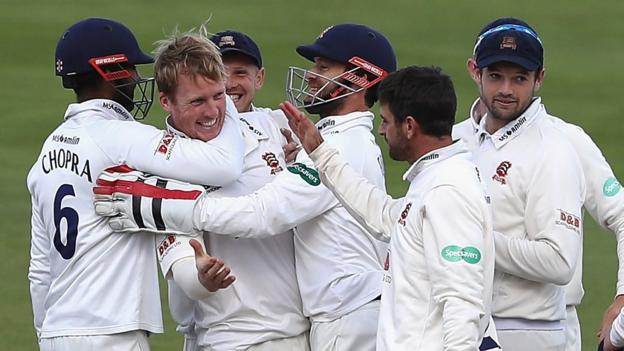 Watch all the wickets as Essex beat Bears to edge closer to title