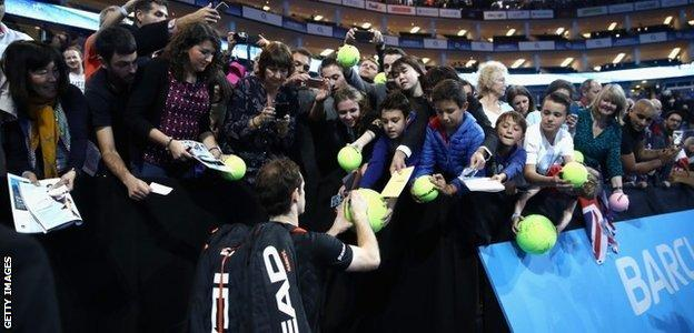 Andy Murray signs autographs