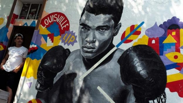Muhammad ali barack obama says boxing 39 s 39 greatest 39 shook for Celebrity mural