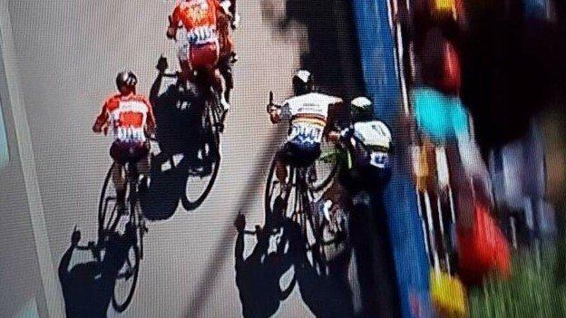 Tour de France _96804787_cavendish_elbow