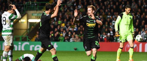 Borussia Monchengladbach's Andre Hahn (28) celebrates after he scores his side's second goal