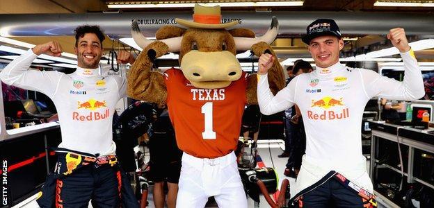 Bevo the Texas Longhorns mascot with Daniel Ricciardo and Max Verstappen