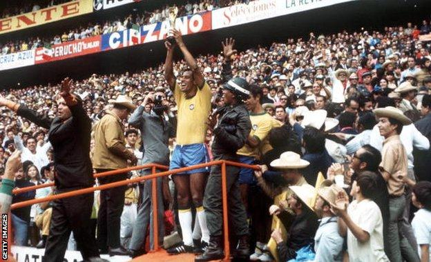 Carlos Alberto lifts the 1970 World Cup
