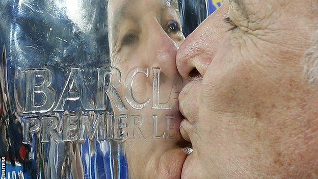 Ranieri kisses the Premier League trophy