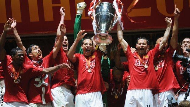 http://ichef.bbci.co.uk/onesport/cps/624/cpsprodpb/21AA/production/_90181680_giggs_trophy.jpg