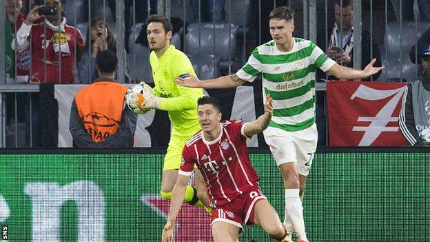 Robert Lewandowski claims for a penalty