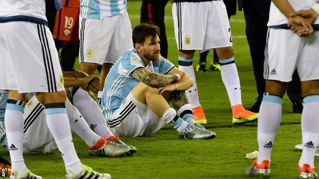 http://ichef.bbci.co.uk/onesport/cps/624/cpsprodpb/3860/production/_90123441_messi_sitting_afp.jpg