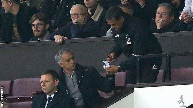 Jose Mourinho passing notes