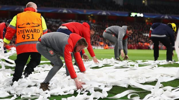 Tokeo la picha la Stewards had to clear the pitch paper and streamers thrown by Bayern Munich fans - sky sports
