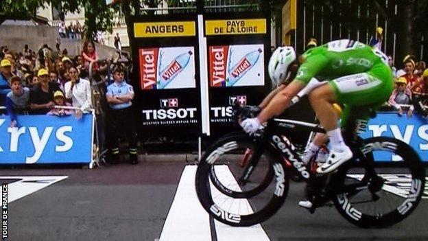 Mark Cavendish wins stage three