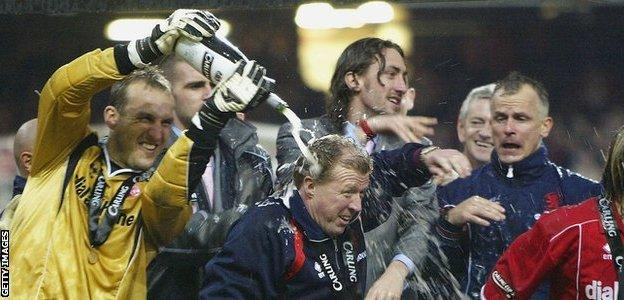 Steve McClaren gets doused in champagne by goalkeeper Mark Schwarzer after Middlesbrough League Cup win in 2004?