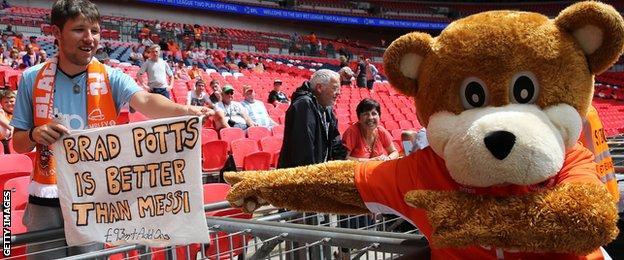 Blackpool fan sign