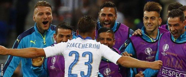 Emanuele Giaccherini celebrates with the bench