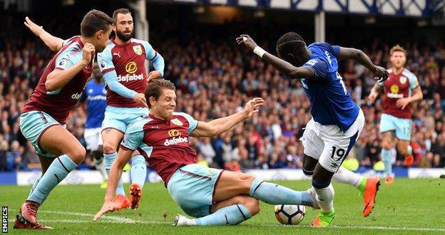 James Tarkowski stops Everton striker Oumar Niasse from shooting