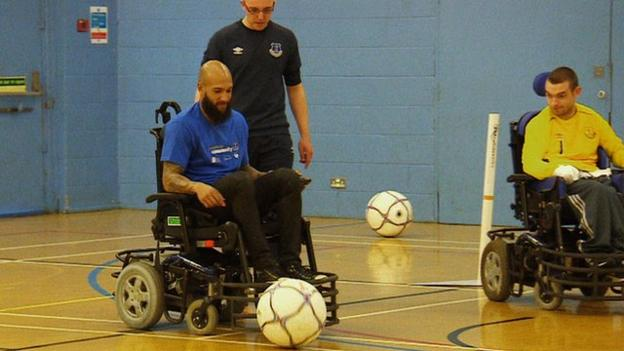 Everton's Tim Howard tries wheelchair football - BBC Sport