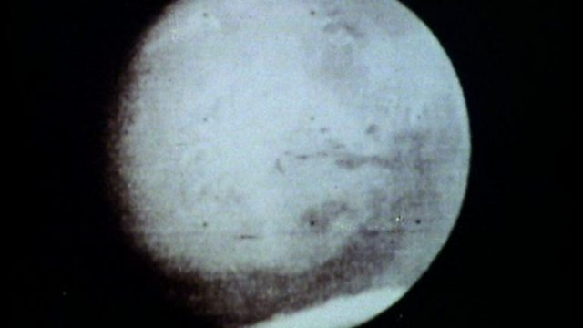 Mariner 4 takes Mars photos