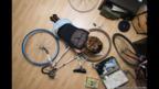 Foto de una persona reparando una bicicleta, por Florian Beaudenon