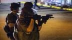 Policías defienden la situación para que bomberos trabajen luego de saqueos en Dellwood Market. Foto: Reuters