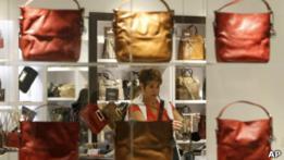 Mujer en tienda de bolsos