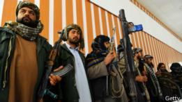 Extalibanes posan con sus armas en 2014.