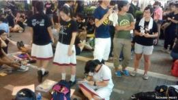 Estudiantes hacen la tarea durante una protesta en Hong Kong