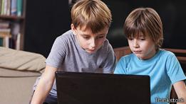 Niños frente a ordenador