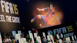 Afiche de FIFA 15 durante una feria de videojuegos