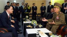 Hwang Pyong-so, vicepresidente de la Comisión Nacional de Defensa, en una reunión con el primer ministro de Corera del Sur,  Chung Hong-won.
