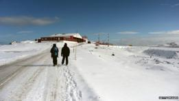 Exploradores en la Antártica