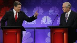 Rick Perry (izqda) y Ron Paul en un momento del debate.