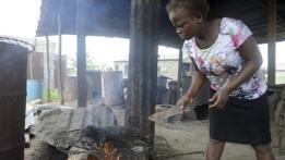 Mujer asando carne silvestre