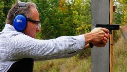 hombre disparando una pistola Glock