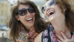Dos mujeres riendo