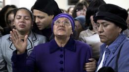 Madre de Karen Mosquera durante el funeral de la joven