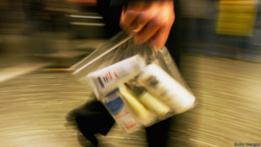 Bolsa de plástico transparente para líquidos en el aeropuerto