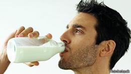 Hombre bebiendo leche