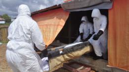 Personal sanitario con un muerto por ébola en Liberia.