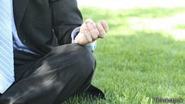 Hombre meditando en el parque
