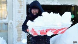 Hombre mayor removiendo nieve