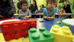 Niños con piezas de lego.