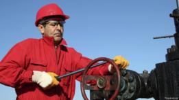 Obrero de una refineria petrolera