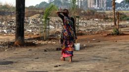 Mujer en India va a hacer sus necesidaes