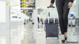 Mujer caminando con maleta en aeropuerto