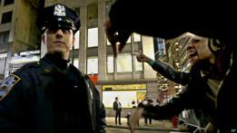 Gritos a un policía